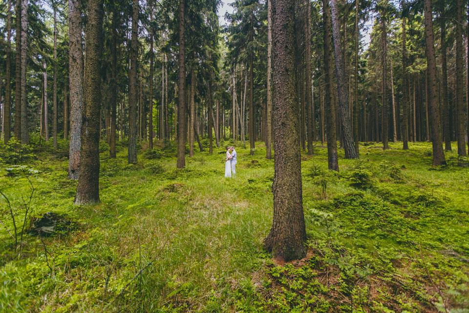 122-minimalisticka-svatebni-fotografie-z-lesa