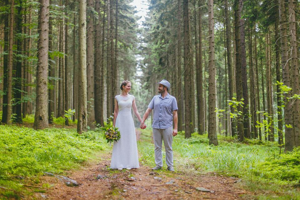 123-svatebni-fotografie-z-lesni-stezky