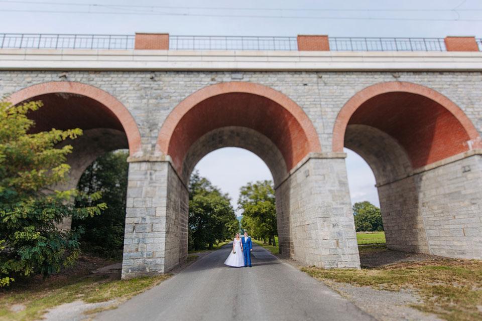 130-minimalisticky-svatebni-fotografie-pod-mostem