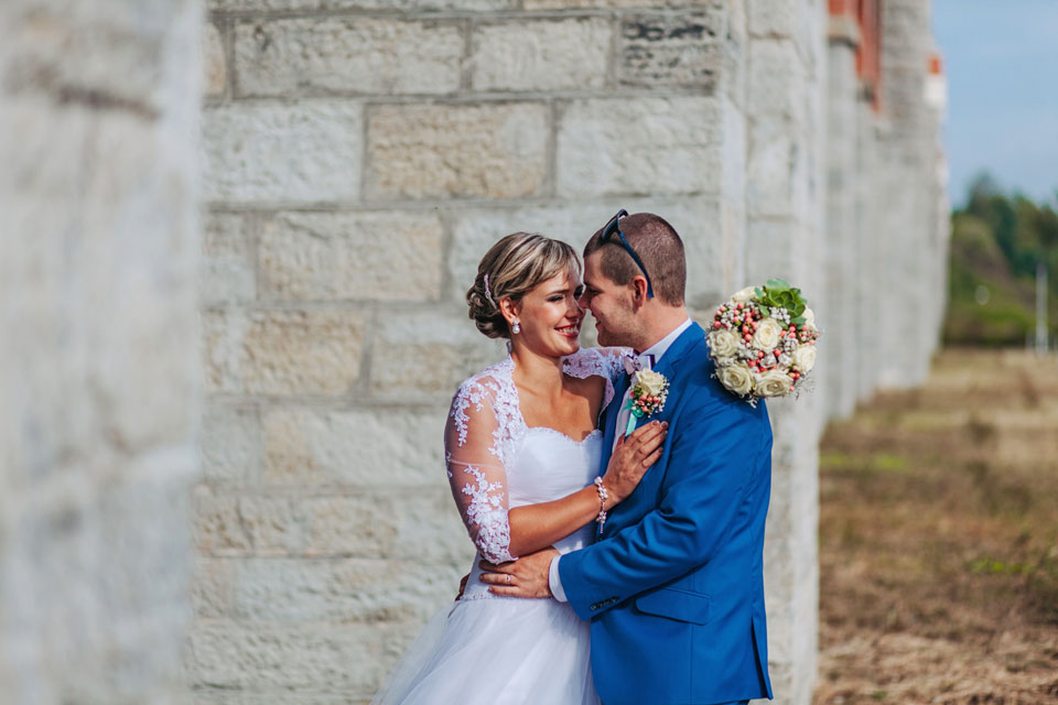 132-nevesta-s-zenichem-na-romanticke-svatebni-fotografii