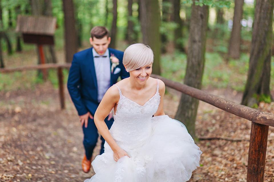 189-svatebni-fotografie-nevesty-a-zenicha-v-lese