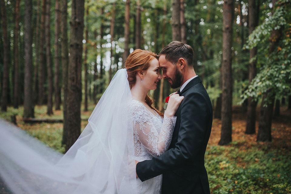 3-romanticka-fotografie-nevesty-a-zenicha-v-lese