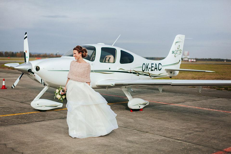 36-svatebni-fotografie-nevesty-u-letadla