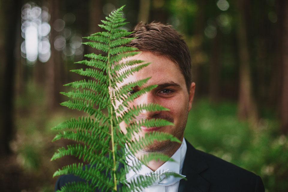 45-svatebni-portret-zenicha-v-lese