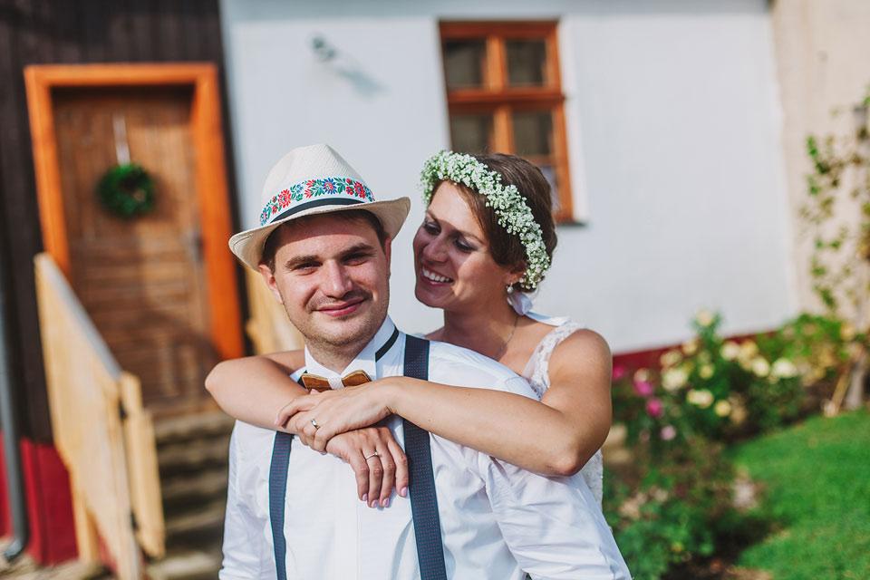 48-svatebni-fotografie-nevesty-a-zenicha-v-kroji