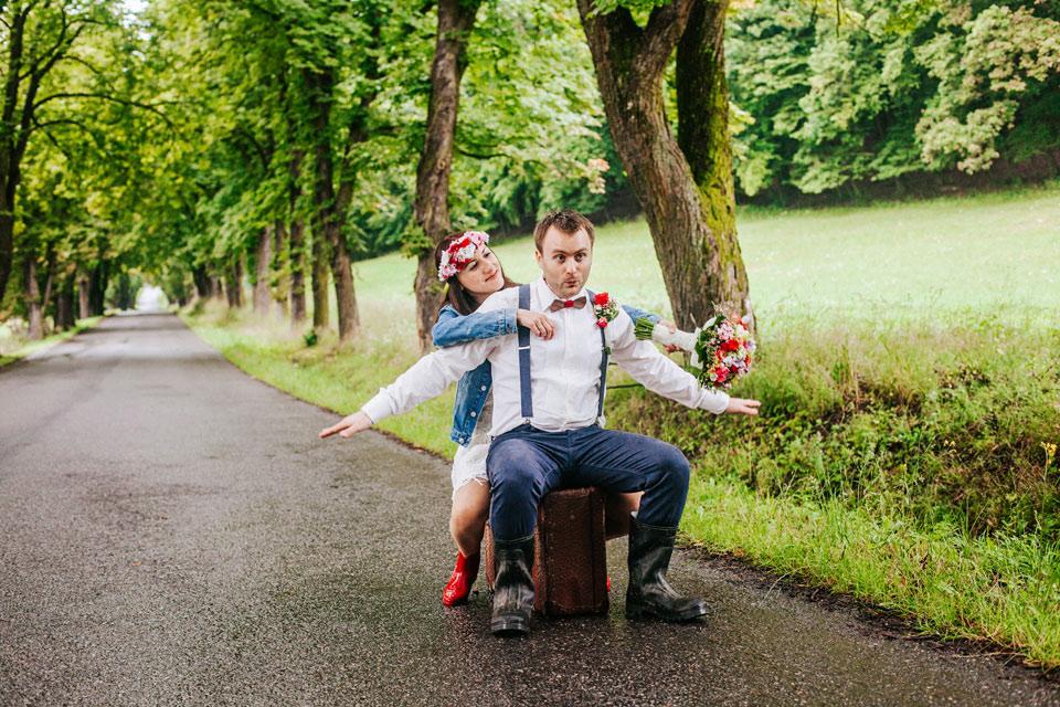 57-vesela-svatebni-fotografie-z-desitveho-pocasi