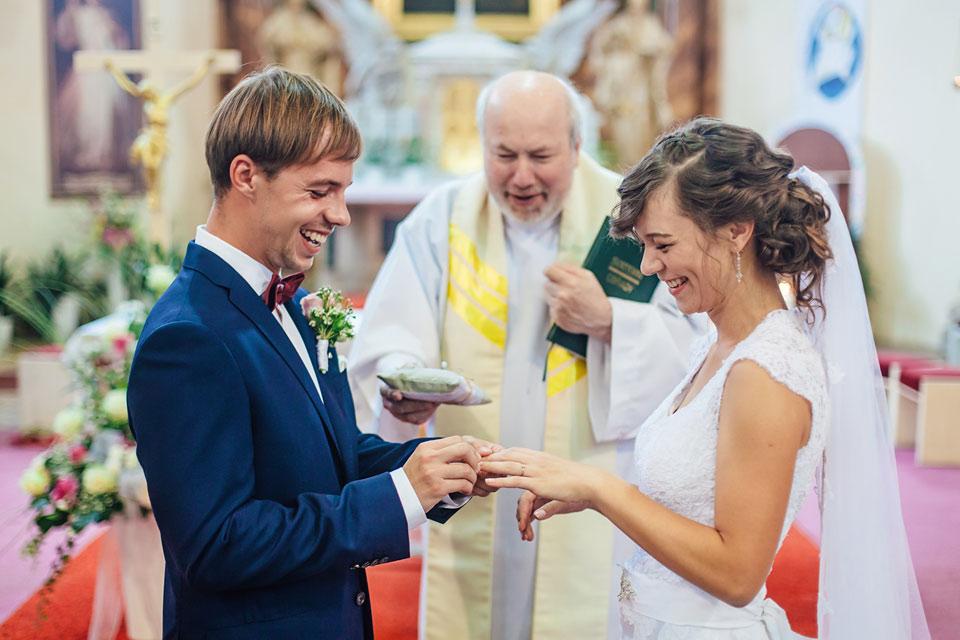 64-svatebni-fotografie-zenicha-ktery-nasazuje-prsten-neveste