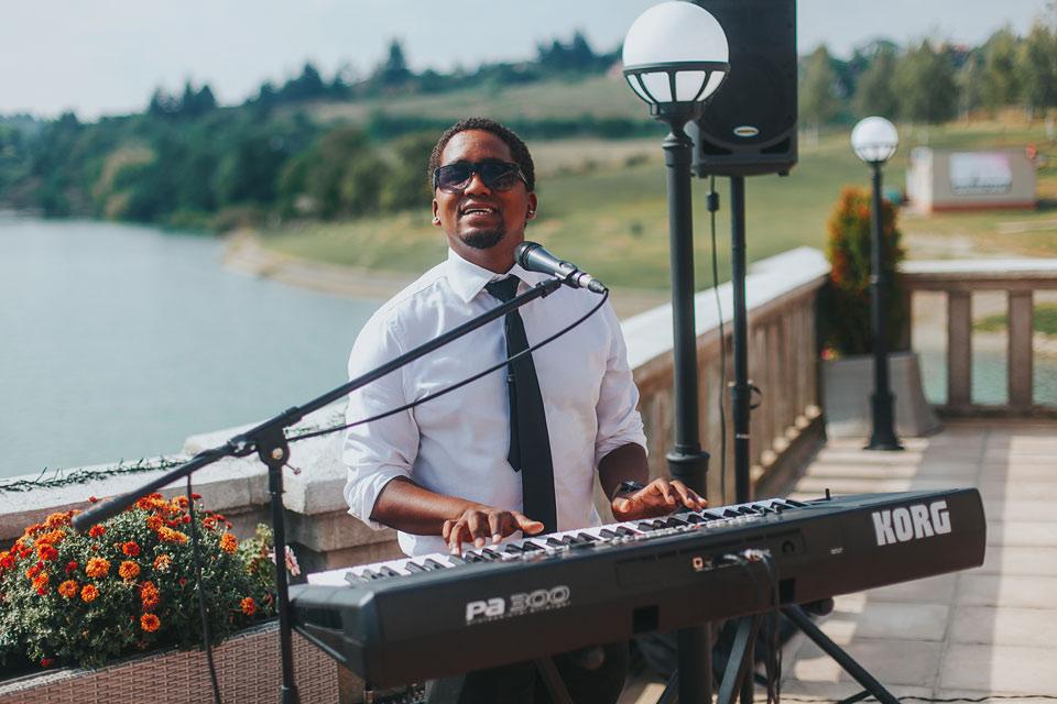 77-muzikant-hraje-na-klavesy